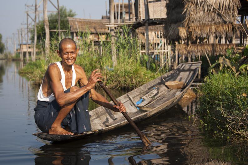 """Переходит """"улицу"""" на озере Инле, Мьянма"""