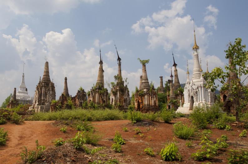 Старинные пагоды на озере Инле, Мьянма