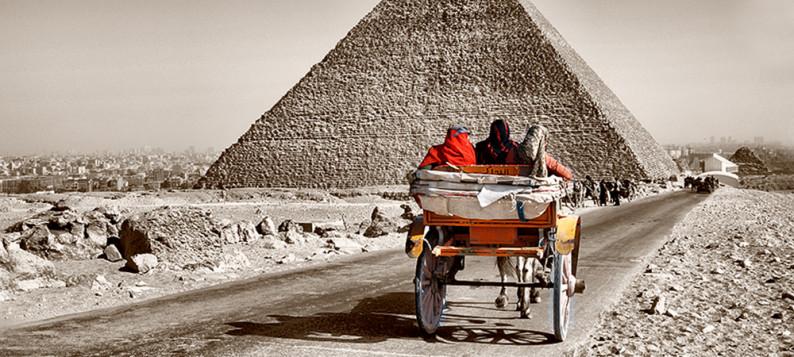 Дорога между пирамидами