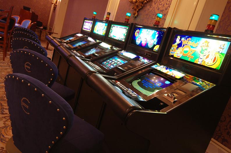 Игровые автоматы в зале Монако в казино Европа