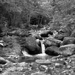 Речка с небольшими водопадами на горе Пидан.