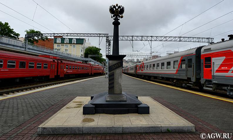 """Надпись гласит: """"Здесь заканчивается великая транссибирская железнодорожная магистраль. Расстояние от Москвы 9288 км."""