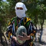 Торговка дынями в Узбекистане.