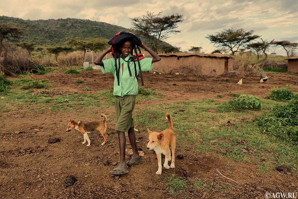 Школьник масаи вернулся в деревню после учебы