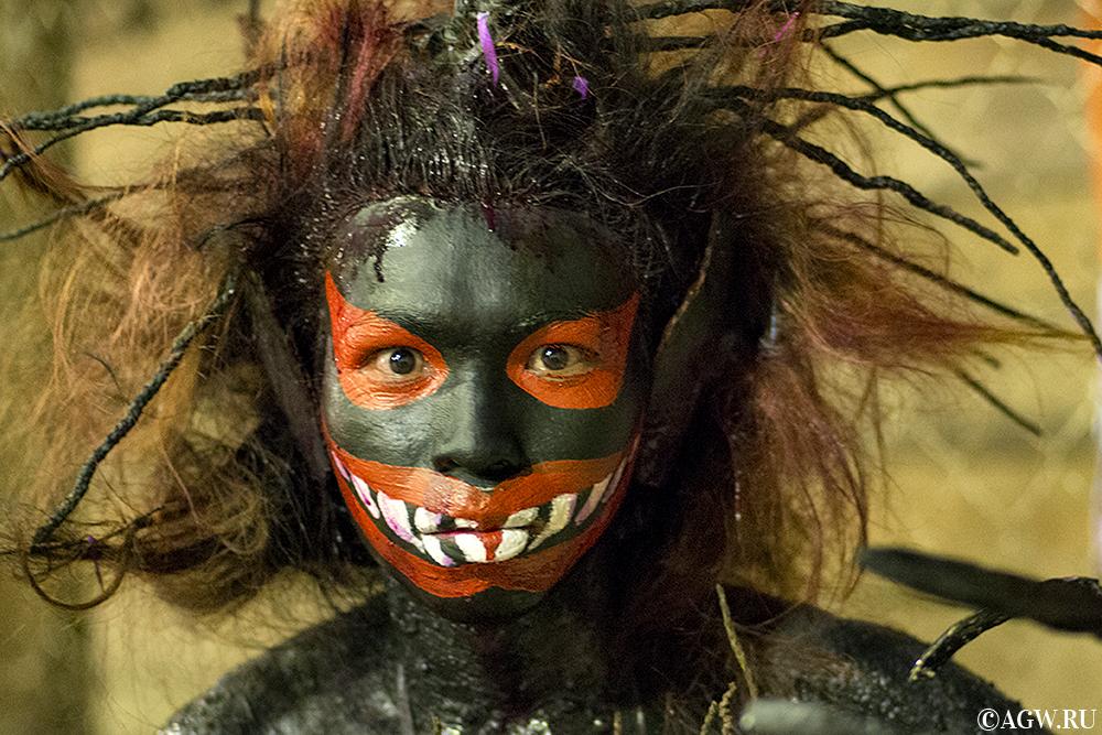 Дьявол с кокосовыми отростками в волосах
