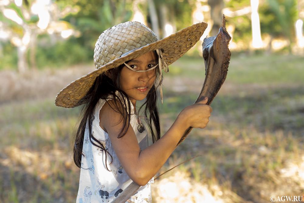 Девочка с кокосовой веткой