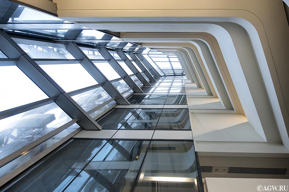 Башня Инноваций внутри. Вид снизу вверх.