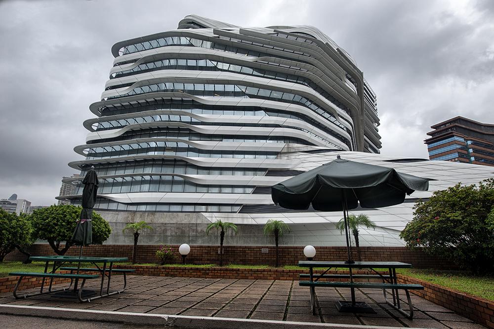 Столики рядом с Башней Инноваций