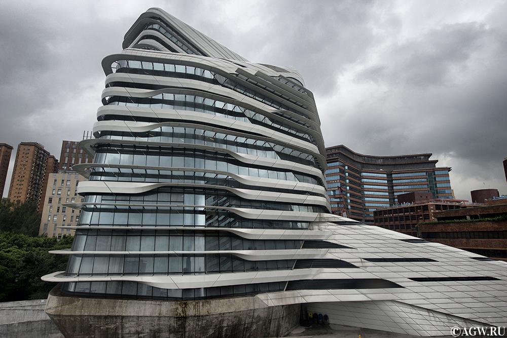 Вид на Башню Инноваций с крыши другого здания.