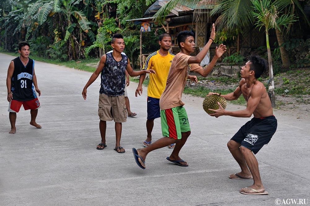 Филиппинцы играют в дворовый баскетбол. При фотошопе этого фото ни одного дуриана не пострадало.