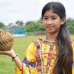 Филиппинская девушка с дурианом.