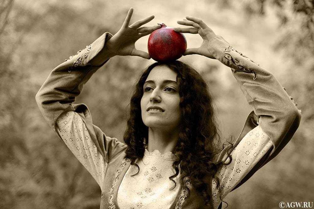 Армянская красавица с гранатом.