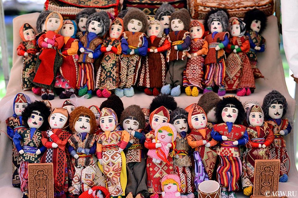 Куклы на вернисаже в Ереване.