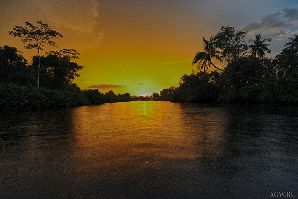 Закат на реке близ Кота-Кинабалу, Малайзия