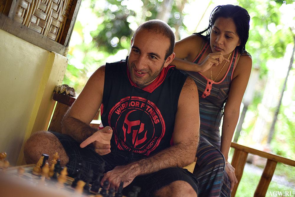 Жора и Шейн играют в шахматы с дочерью