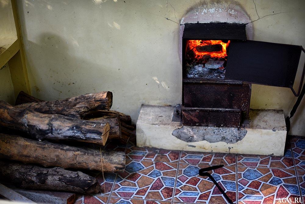 Топка и приготовленные дрова.