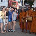 С буддисткими монахами.