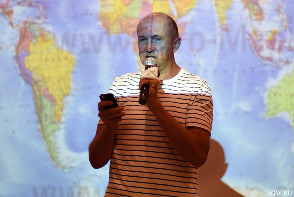 Страны Мира отражаются на челе Александра Дворядкина.