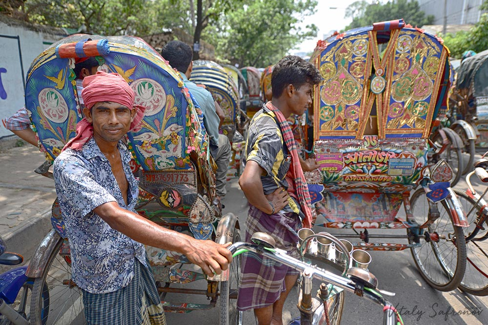 Стоим в пробке в Бангладеше.