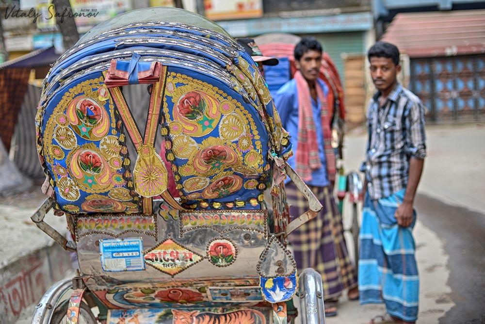 Колоритные коляски велорикш в Дакке.
