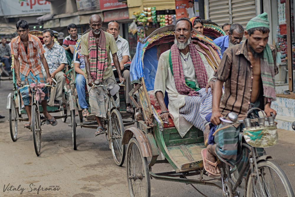 Велорикши на улице в Дакке.