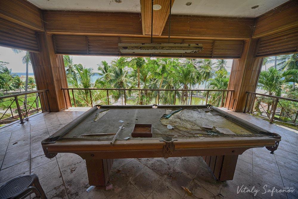 Бильярдный стол с вековой пылью.